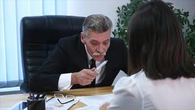 Gniewny szef z żeńskimi pracownikami w biurze swobodny ruch zdjęcie wideo