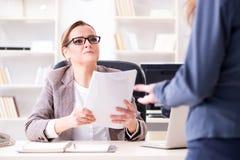 Gniewny szefa odprawiania pracownik dla złego underperformance zdjęcia stock