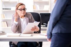 Gniewny szefa odprawiania pracownik dla złego underperformance obrazy stock