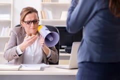 Gniewny szefa odprawiania pracownik dla złego underperformance zdjęcie stock