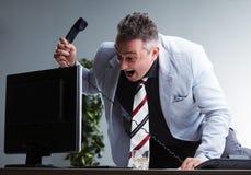 Gniewny tłuściuchny kierownik niszczy jego komputer osobistego Obraz Stock