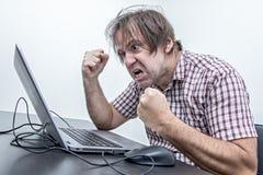 Gniewny użytkownik jest krzyczący laptop zdjęcie stock
