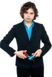Gniewny wman ciie gotówkową kartę z nożycami Zdjęcia Royalty Free