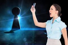 Gniewny z klasą bizneswoman wrzeszczy przy jej smartphone Fotografia Royalty Free