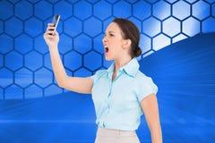 Gniewny z klasą bizneswoman wrzeszczy przy jej smartphone Obraz Stock