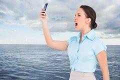 Gniewny z klasą bizneswoman wrzeszczy przy jej smartphone Obrazy Stock