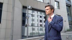 Gniewny z niepowodzeniem opuszcza budynek biurowego kontraktacyjny biznesmen, frustracja fotografia royalty free