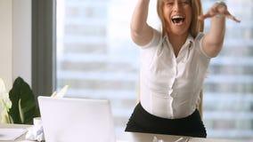 Gniewny zaakcentowany bizneswomanu miotanie miął papier i krzyczeć przy miejscem pracy zdjęcie wideo