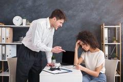 Gniewny zagniewany szef krzyczy przy jego sekretarka pracownikiem obraz stock