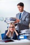 Gniewny zagniewany szef wrzeszczy i krzyczy przy jego sekretarka pracownikiem obraz stock