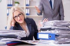 Gniewny zagniewany szef wrzeszczy i krzyczy przy jego sekretarka pracownikiem fotografia stock