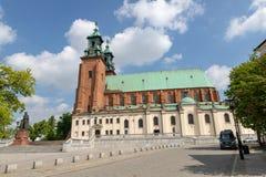 Gniezno Wielkopolskie/Polen - Maj, 8, 2019: Domkyrka i Gniezno En historisk kyrka i en gammal stad i Centraleuropa royaltyfri fotografi