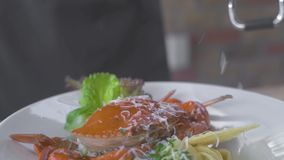 Gnisslande ost för kockkock på rivjärnet för italiensk pasta för garnering med havskrabban Tjänande som format italiensk pasta me arkivfilmer