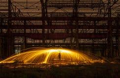 Gnistor av steelwoolen i ett övergett lager Arkivbilder