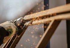Gnistor från att klippa metall på kuggen royaltyfria foton