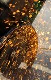 Gnistor från en vinkelmolar Royaltyfri Foto