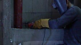 Gnistor från molarklippmetall leda i rör, belägger med metall arbete i konstruktion långsam rörelse Slowmo lager videofilmer