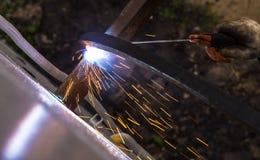 Gnistor från svetsning på konstruktionsplatsen Royaltyfria Bilder