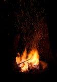 Gnistor och brand i smedja Arkivbild