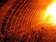 Gnistor som är synliga under förbränningen av fint kol Arkivfoto