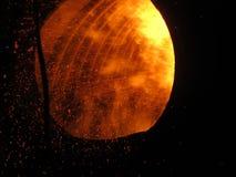 Gnistor som är synliga under förbränningen av fint kol Fotografering för Bildbyråer