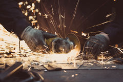 Gnistor som göras, genom att använda ett runt malande hjälpmedel på en metallyttersida i ett seminarium Royaltyfria Foton