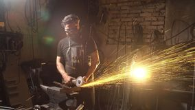 Gnistor under klipp av metallvinkelmolar Arbetare som använder den industriella molar Arkivbilder