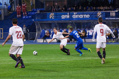 GNK迪纳莫队萨格勒布对FC塞维利亚 设法的Bojan KNEZEVIC (25)停止萨米尔・纳斯里(10) 免版税库存图片