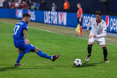 GNK迪纳莫队萨格勒布对FC塞维利亚 Petar STOJANOVIC (37)和沙治奥・艾斯古迪路(18) 库存图片