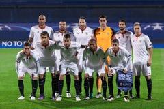 GNK Dinamo Zagreb VERSUS FC Sevilla Sevilla& x27; s spelers die vóór de gelijke stellen royalty-vrije stock foto's