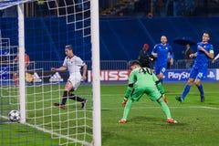 GNK Dinamo Zagreb VS FC Sevilla Samir NASRI (10) som gör poäng mål Fotografering för Bildbyråer