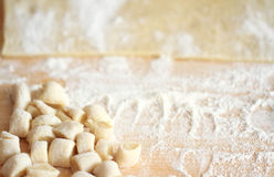 Gnocchi σε έναν ξύλινο τεμαχίζοντας πίνακα, φρέσκος έτοιμος για το μαγείρεμα Στοκ Εικόνα