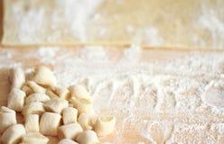 Gnocchi auf einem hölzernen hackenden Brett, frisch bereiten für das Kochen vor Stockbild