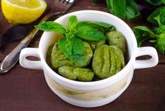 Gnocchi avec les épinards, le basilic et le citron Photo stock