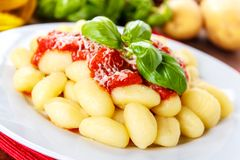 Gnocchi bedriegt pomodoro stock afbeeldingen