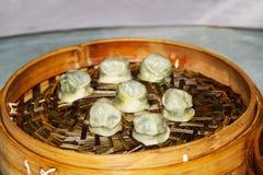 Gnocchi bolliti in un piatto di vimini sul tavolo da pranzo Immagini Stock