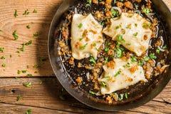 Gnocchi casalinghi fritti con la cipolla ed il prezzemolo Immagine Stock