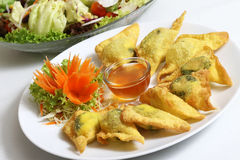 Gnocchi cinesi fritti nel grasso bollente con spinaci Immagine Stock