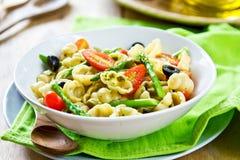 Gnocchi com salada do aspargo no molho do Pesto Fotografia de Stock Royalty Free