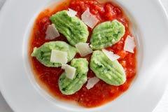 Gnocchi con ajo salvaje en salsa y queso parmesano de tomate Foto de archivo libre de regalías