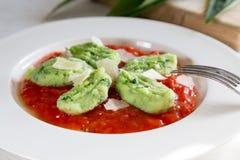 Gnocchi con ajo salvaje en salsa y queso parmesano de tomate Imagen de archivo libre de regalías