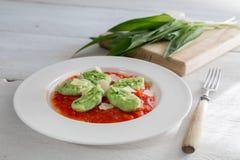 Gnocchi con ajo salvaje en salsa y queso parmesano de tomate Imagen de archivo