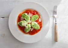 Gnocchi con ajo salvaje en salsa y queso parmesano de tomate Foto de archivo
