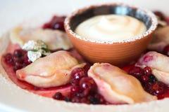 Gnocchi con cucina russa tradizionale delle ciliege Fotografia Stock