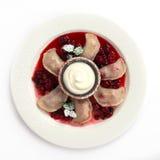 Gnocchi con cucina russa tradizionale delle ciliege Immagini Stock