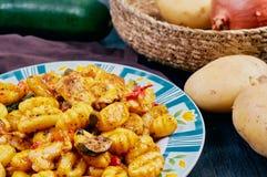 Gnocchi con el pollo y las verduras imágenes de archivo libres de regalías