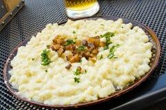 Gnocchi con il formaggio delle pecore - piatto slovacco tradizionale immagini stock