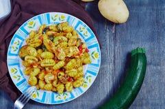 Gnocchi con il pollo e le verdure immagini stock libere da diritti