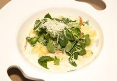Gnocchi con la salsa cremosa en el plato blanco Fotos de archivo libres de regalías