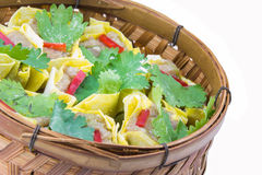Gnocchi cotti a vapore della carne di maiale in vapori di bambù immagini stock